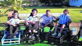 Messi estuvo junto a los integrantes de la selección nacional en silla de ruedas
