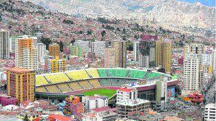 Alta cancha. El estadio Hernando Siles, en la ciudad de La Paz, a 3.650 metros de altura sobre el nivel del mar.