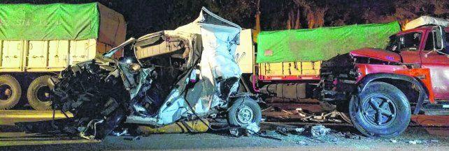 tragedia. El vehículo en el que viajaban las víctimas quedó totalmente destruido luego del impacto entre los dos camiones de carga. En el lugar