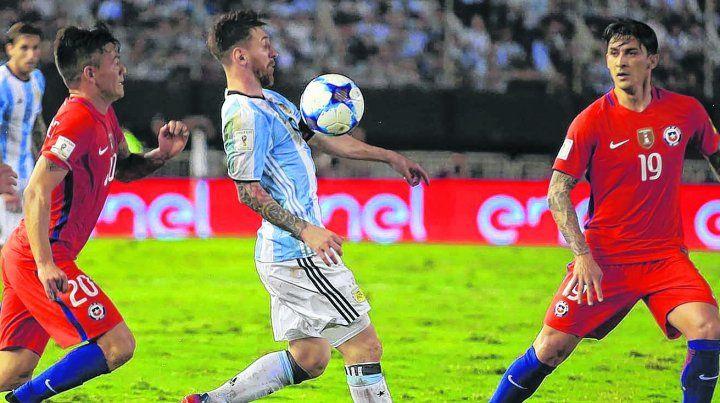 Pulga en acción. El rosarino domina el balón con el pecho ante Chile. Por insultos en este partido la Fifa le inició un expediente disciplinario y está en duda para hoy.