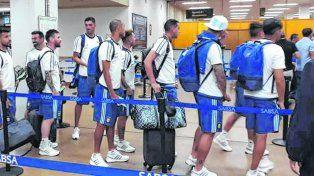 En fila. Los jugadores de la selección esperan pasar por la aduana tras llegar a tierras bolivianas para el encuentro de esta tarde.