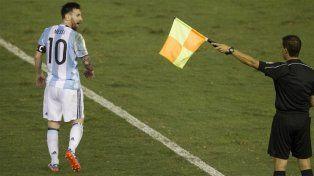 Messi pasa junto al juez de línea Emerson Augusto de Carvalho.