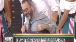 Tremendo momento para Gerardo Rozín que quedó atorado en el barril del Chavo del 8