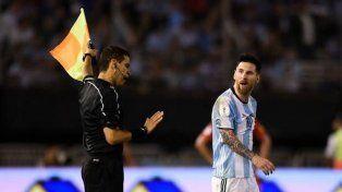 La airada reacción de Messi y la sanción de la Fifa metió en problemas al técnico Edgardo Bauza.