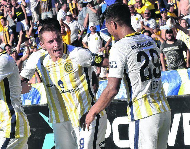 Hacer las paces. El capitán canalla Marco Ruben saluda al colombiano Teófilo Gutiérrez tras el gol de la victoria ante Tigre. La discusión por el penal ya quedó atrás.