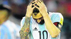 No lo puede creer. Messi se agarra la cabeza frente a Chile, el partido de la sanción.