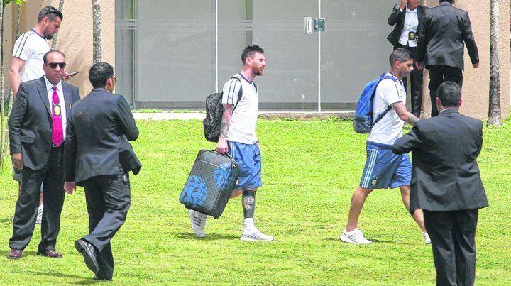 Valija en mano. Messi llega al estadio Hernando Siles de La Paz junto a Banega. La Pulga se subió a un chárter apenas finalizado el partido y viajó hacia Barcelona.