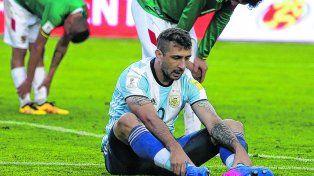 La imagen de Pratto habla por sí sola. El delantero argentino, quien es el jugador fetiche del ciclo de Bauza, luce impotencia sentado en el campo de juego.