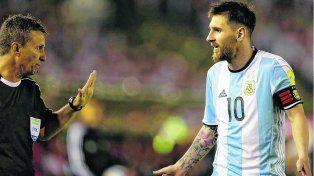 Discusión. Messi se cruza mal con el asistente Do Carvalho.