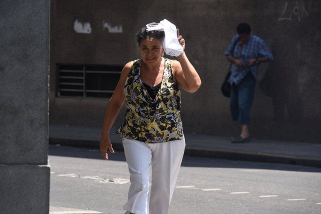 El calor no se quiere ir de Rosario y la región y la lluvia ahora llegaría el viernes