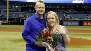 Melissa Dohme y Cameron Hill, el día que el muchacho le pidió matrimonio en una cancha de béisbol.