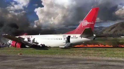 Dramático aterrizaje al incendiarse el avión en la pista del aeropuerto