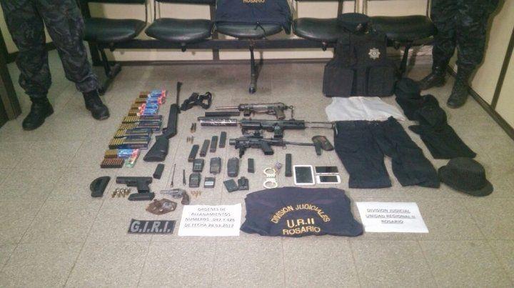 Las armas, municiones y uniformes utilizados por los miembros de la banda fueron exhibidos esta mañana.