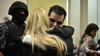 Milton Damario, uno de los acusados, se abraza con su abogada Hilda Knaeblein.