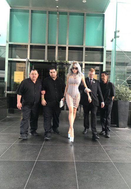 Vicky Xipolitakis arrasó con su nuevo look en el Paseo de la Fama en Hollywood.