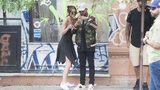 La pareja se tomó selfies y accedió a sacarse fotos con los fanáticos.