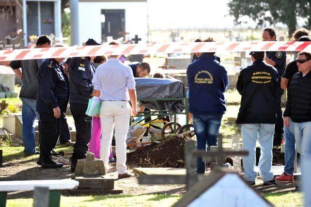 La imagen de la exhumación que se realizó en un cementerio de las afueras de Mar del Plata.