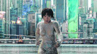 Lanzada al ataque. Johansson en el rol de la Mayor, una agente contraterrorista cyborg-humana que se enfrenta a poderosos enemigos.