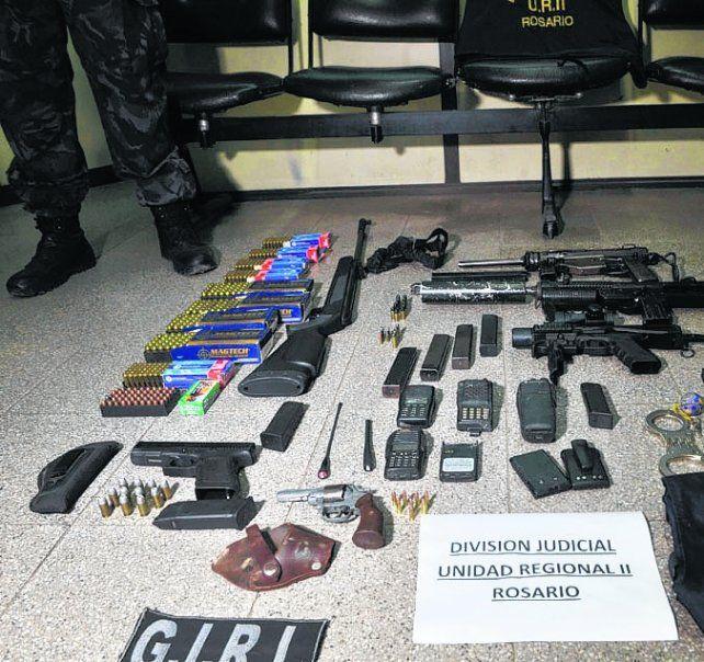 arsenal. Las poderosas armas secuestradas ayer en los allanamientos.