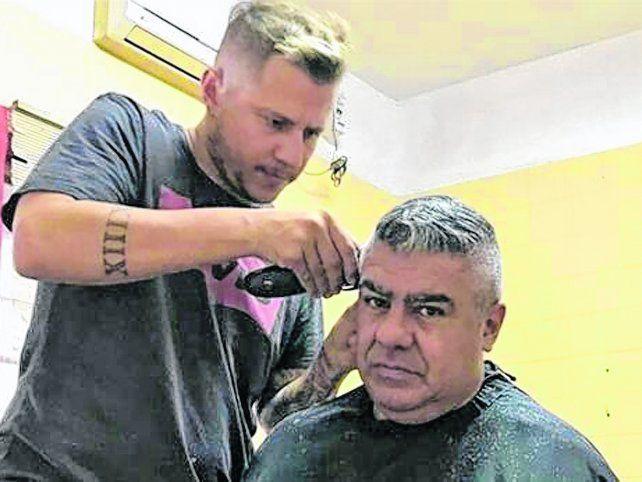 Arreglo personal.El Chiqui Tapiaacudió al peluquero antes de asumircomo presidente.