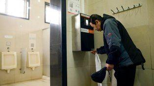 Los baños públicos chinos entregan sólo 60 centímetros de papel higiénico