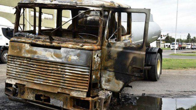 El camión quedó totalmente destruido por el fuego.