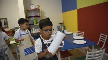 El trabajo en equipo invita por igual a nenes y a nenas para compartir el desayuno o una merienda.