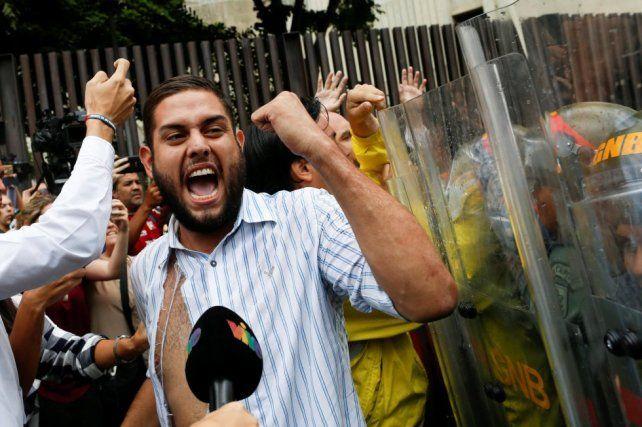 El diputado opositor Juan Requesens se manifiesta frente al Tribunal Supremo.