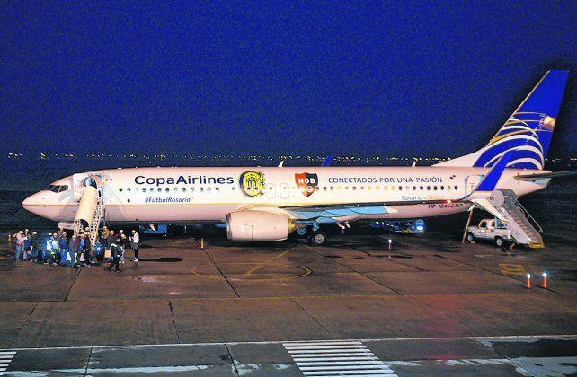Primer paso. El año pasado la aerolínea panameña Copa ploteó a uno de sus aviones con los escudos de los equipos rosarinos como estrategia de marketing.