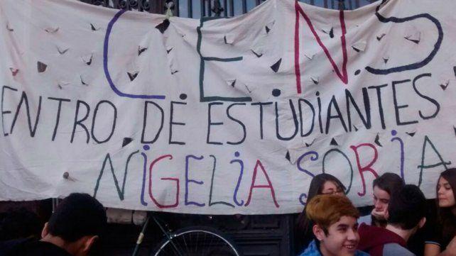 Los estudiantes se concentraron esta mañana en la puerta de la escuela para marchar.