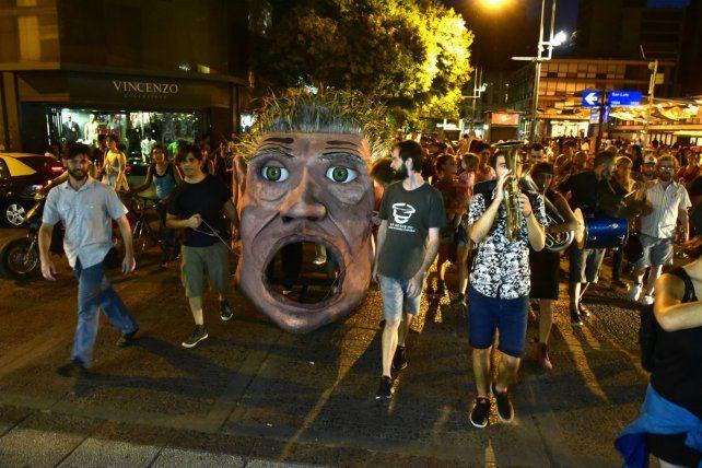 De Caravana. La marcha con Grete al frente tuvo lugar durante la semana desde el Centro Cultural Fontanarrosa. La aventura final dará inicio hoy a las 18 en la explanada del Parque de España.