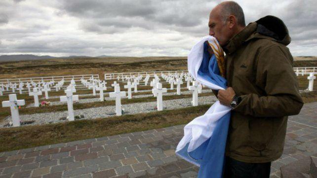 En el cementerio los cuerpos están enterrados bajo la leyenda: Soldado argentino sólo conocido por Dios.
