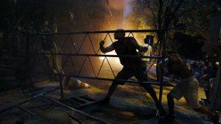 Manifestantes prendieron fuego al primer piso del recinto legislativo. Bomberos sofocaron el incendio.
