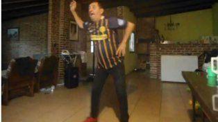 Con la camiseta 29 de Teo Gutiérrez