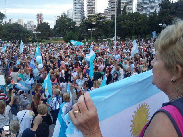 Las banderas argentinas se multiplicaron en la manifestación en Rosario.