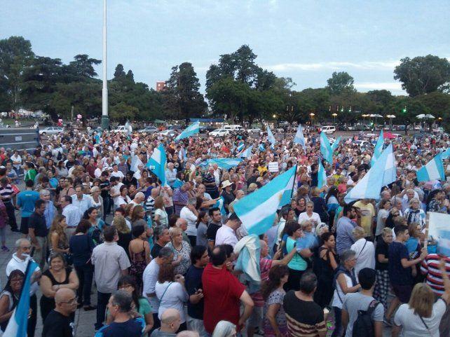 Miles de rosarinos se unieron a la movilización en el Monumento a la Bandera.