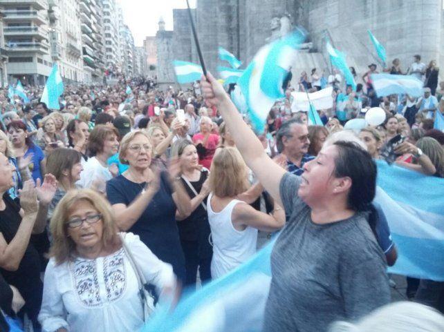 Miles de rosarinos se manifestaron en el Monumento en apoyo al gobierno de Macri.