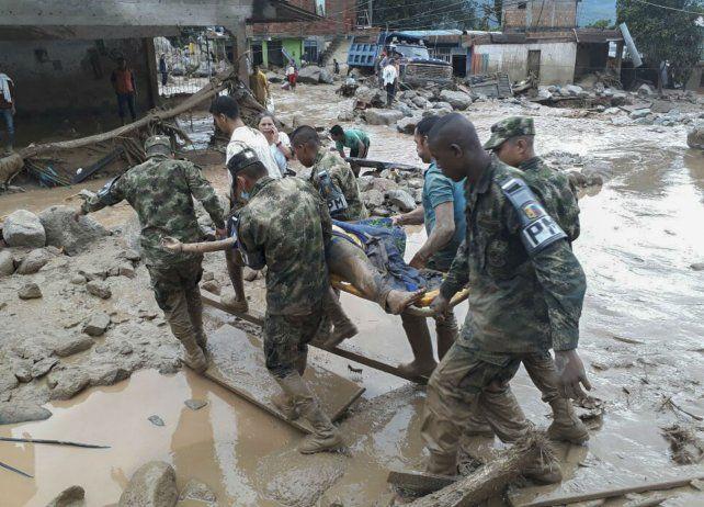 Soldados del Ejército transportan un cadáver en Putumayo