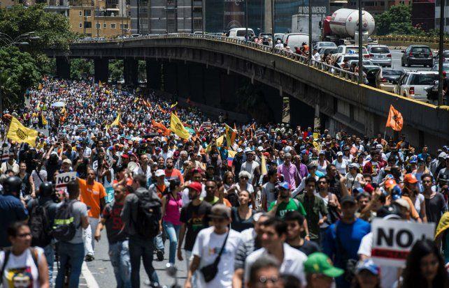Jornada de protesta. Cientos de venezolanos bloquean la principal autopista de la capital venezolana.
