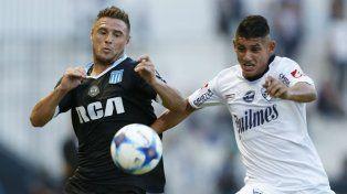 Iván Pillud disputa la pelota con un delantero de Quilmes.