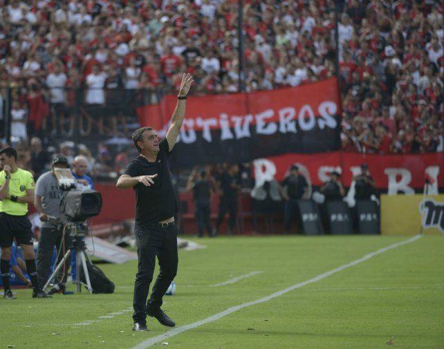 Marca el camino. Diego Osella no paró de dar indicaciones. Reconoció que fue un triunfo ajustado.