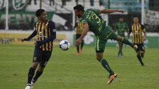 Teo Gutiérrez lucha por la posesión de la pelota con el defensor Dutari.