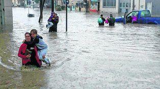 Comodoro Rivadavia. Una madre y un padre con sus hijos a upa. La ciudad chubutense es la más castigada.