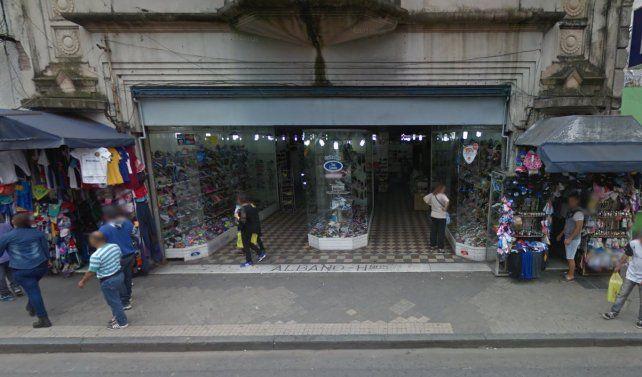 Ladrones ingresaron por un techo a una zapatería de calle San Luis y se llevaron 150 mil pesos