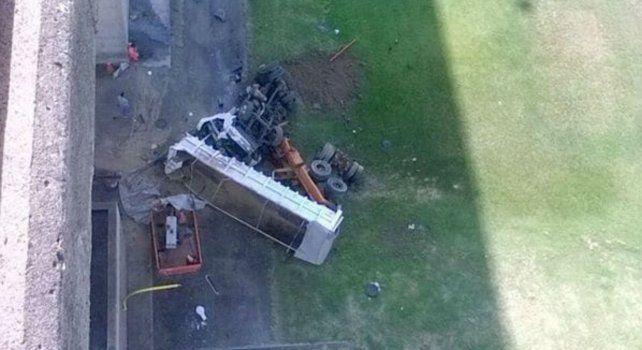 La imagen tomada desde la traza muestra el estado en el que quedó el camión.