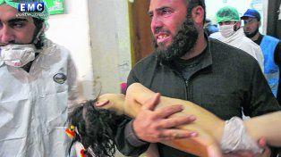Desesperación. Un padre traslada de urgencia a su hija con síntomas de intoxicación a un hospital.