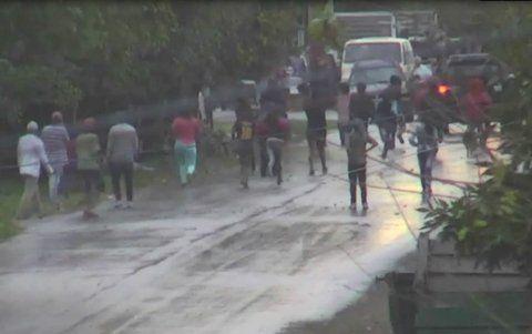 momento de tensión. Las cámaras de seguridad captan el momento en que un nutrido grupo de hombres acorrala a dos policías.