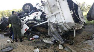 tragedia. El camión volcador cayó ayer desde unos 40 metros.