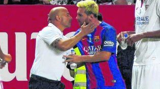 Buena onda. El DT casildense Jorge Sampaoli saluda al crack rosarino Lionel Messi durante un partido entre Sevilla y Barcelona