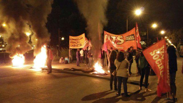 Militantes del Partido de los Trabajadores Socialista realizaron un piquete esta mañana frente a General Motors.